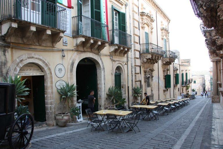 Cantina Modica - Tavoli all'aperto