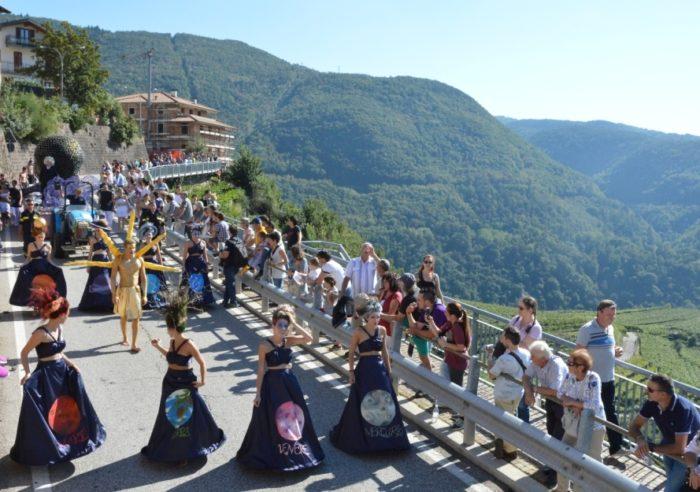 Sfilata carri_Archivio Strada del Vino e dei Sapori del Trentino