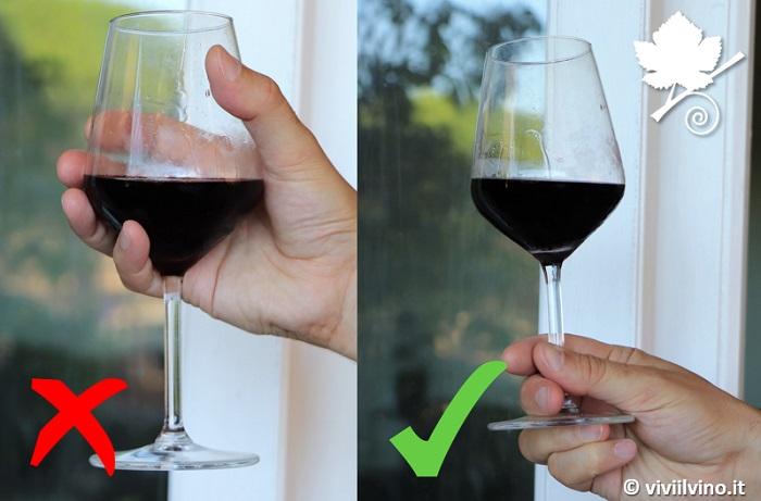 Come si tiene in mano il calice di vino